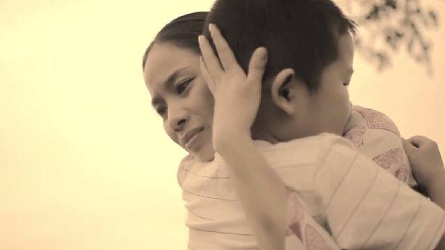 Mẹ ơi con lớn lên giữa một vòng tay những yêu thương còn chưa thiếu một ngày