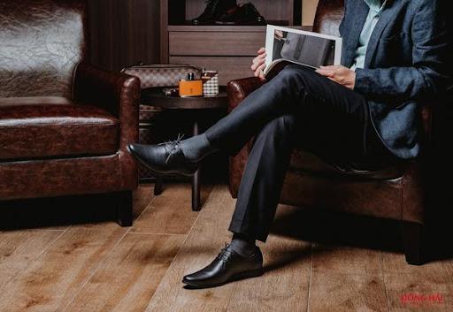 Giày màu đen và quần màu đen
